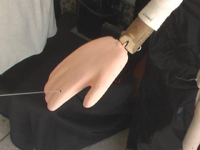 La mano unida y con hilo
