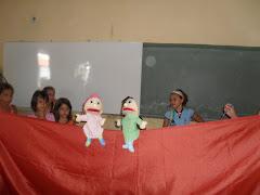 As crianças do PETI e da CCF da Palestina aprentam teatro de fantoches sobre o PETECA