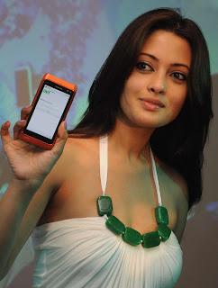 Riya Sen Unveils Nokia N8 Phone 12.jpg