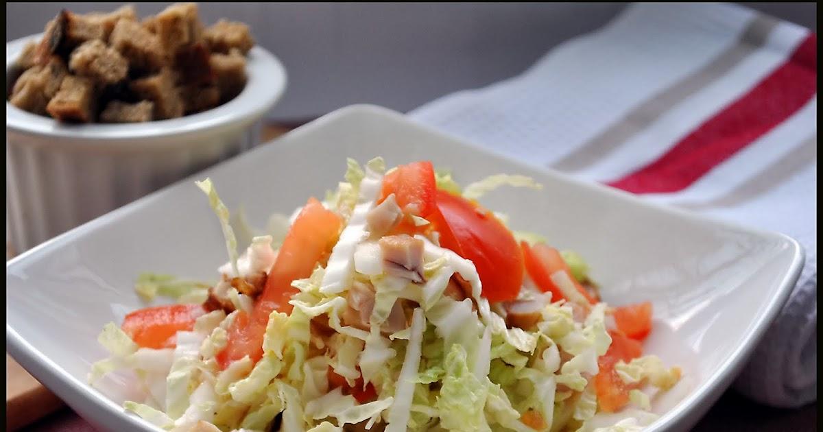 Салат с копченой курицей пекинской капустой и кукурузой