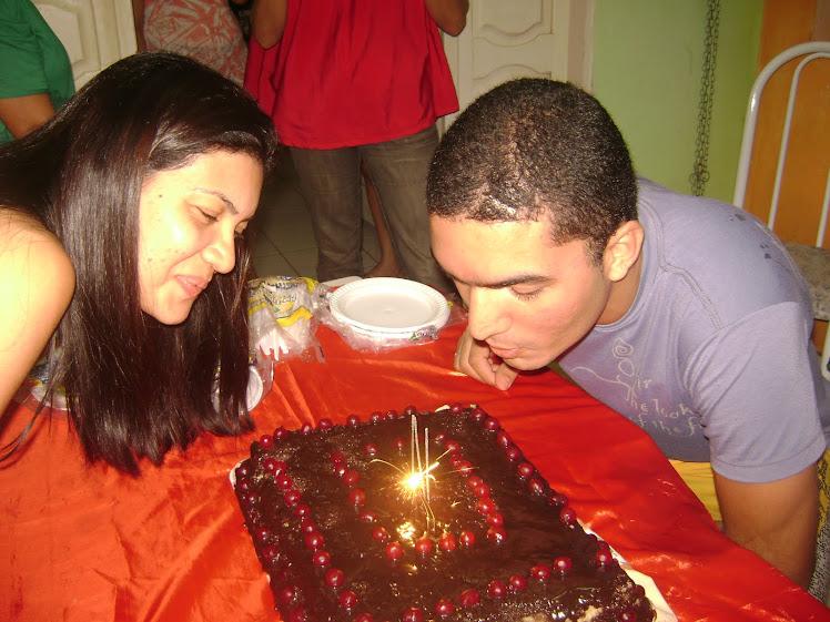 Soraya e Murilo apagando velinhas
