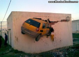 Neverovatan sudar taksiste sa tunisa sa zgradom