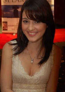Download foto Julie Estelle, gambar artis Julie Estelle