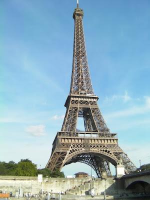 Menara Eiffel dibangun sebagai simbol dari ilmu pengetahuan