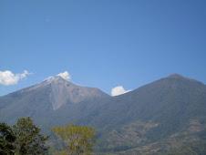 Volcanes de Fuego y Acatenango vistos desde Alotenango