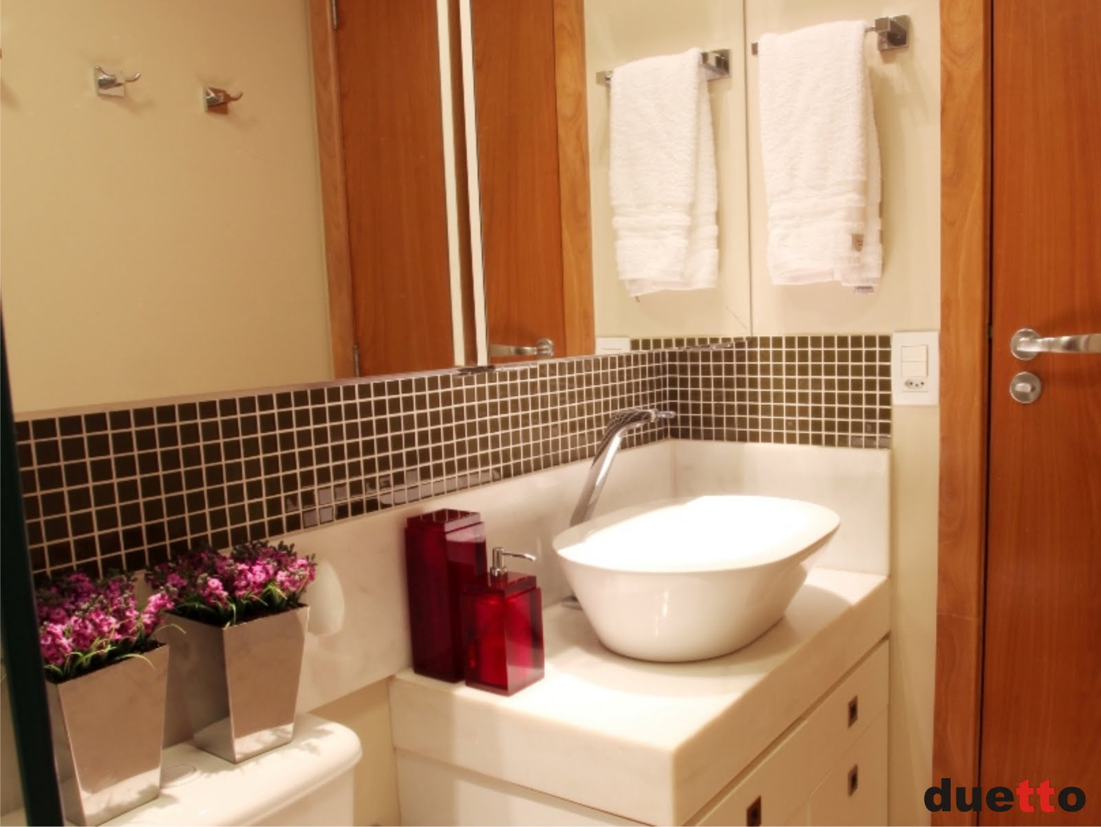 de correr espelhadas e apesar da pouca profundidade tem espaço para #AF4A1C 1600x1201 Acabamento De Banheiro Com Pastilhas De Vidro