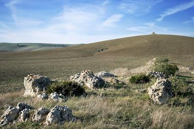 Restos del Acueducto. Al fondo, la torre de 'salida' del sifón de Los Arquillos
