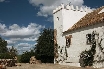 Una de las torres de contrapeso del molino