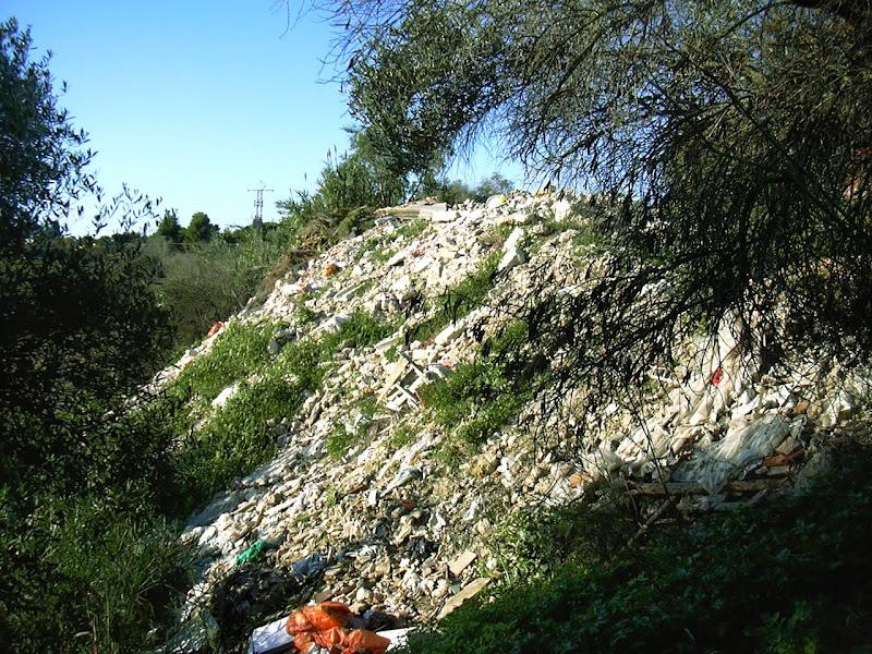 Escombros junto al Monasterio