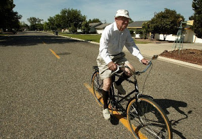Image of 92-year-old bicyclist Fred Mathes