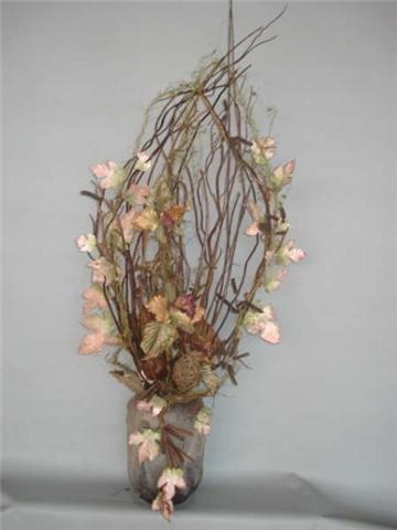 Arranjo com flores artificiais, vime seco.