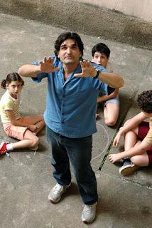 El director Cau Hamburger dirigiendo a los niños protagonistas
