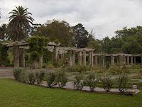Pérgolas, palmeras y jardín de rosas de olor embriagante en la finca de Mataleñas