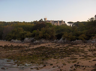 el Palacio de la Magdalena desde la playa con la marea baja