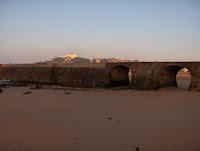 el hotel Real desde detrás del puente que divide la playa de bikinis y las rocas playeras