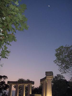 Estampa griega con luna en la calle de la Reina Victoria