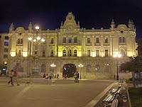 edificio del ayuntamiento de Santander con la estatua de las cuatro estaciones