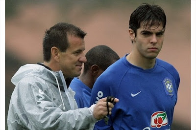 Brazil' striker Kaka (R) receives instructions from the team's coach Dunga, 15 November 2007, during a practice in Teresopolis, 200 Km from Rio de Janeiro, Brazil. Brazil will face Peru on November 18th for the FIFA WC South Africa 2010 qualifiers.