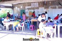 Maestros dan clases improvisadas afuera de la escuela