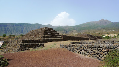 Pod piramidami/Under pyramids