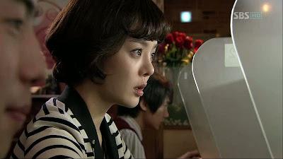 Kae Hwa langsung menuju ke warnet dan browsing tentang Sung Min Woo ...
