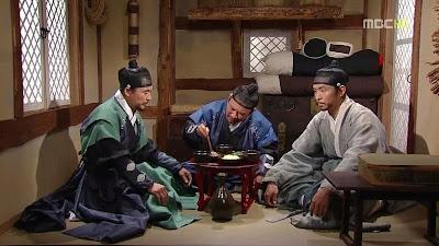 Shim Yun Taek ada di suatu penginapan, Han Jang Bu dan Hwang Jung Gu