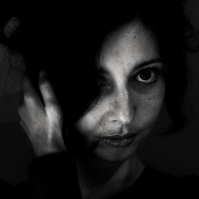 visage d'une jolie fille dans l'ombre, pretty girl face in the dark, photo © dominique houcmant
