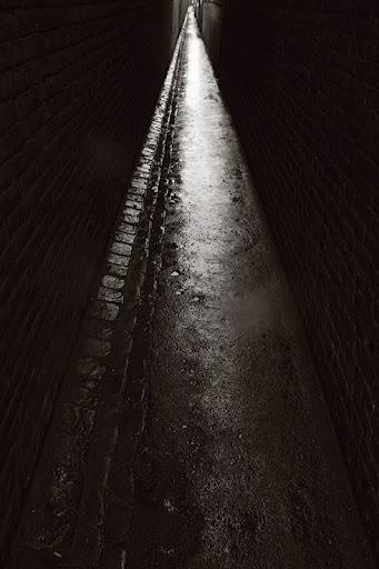 ruelle obsure sous la pluie, quartier de fétinne à liège, photo copyright dominique houcmant, Goldo