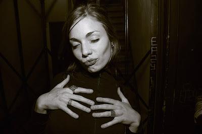photo girl, fille avec un piercing dans le menton, les mains sur sa poitrine, photo dominique houcmant, goldo graphisme