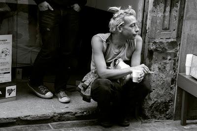 un homme assis par terre, une cigarette derrière l'oreille, photo © dominique houcmant