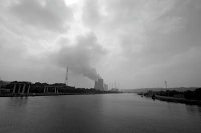 Tihange, la Meuse (le barrage-écluse) et la Centrale nucléaire, photo © dominique houcmant