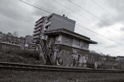 cabine d'aiguillage et voies ferrées,  liège, photo © dominique houcmant