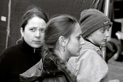 trois filles, bénévoles lors du montage du Festival des Ardentes 2007 à Liège, photo © dominique houcmant