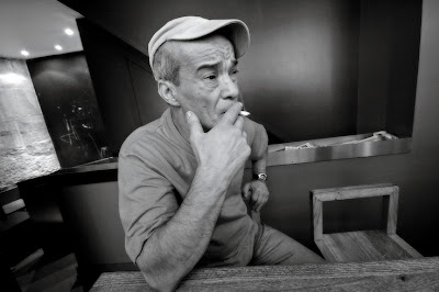 portrait d'homme à casquette avec cigarette, man portrait with cigarette, photo © dominique houcmant