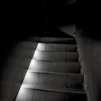 photo d'un escalier dans l'obscurité, staircase in the dark, photo © dominique houcmant
