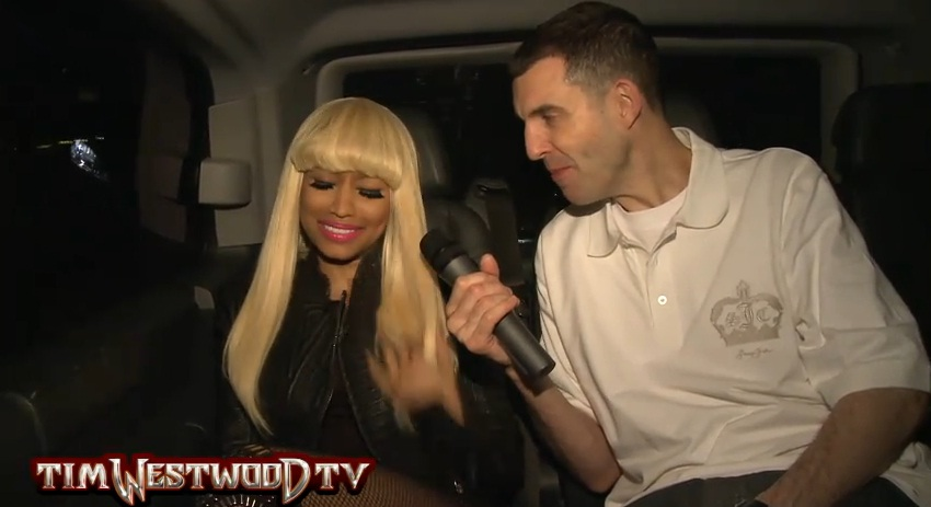 Foto da Nicki sendo entrevistada pelo Tim