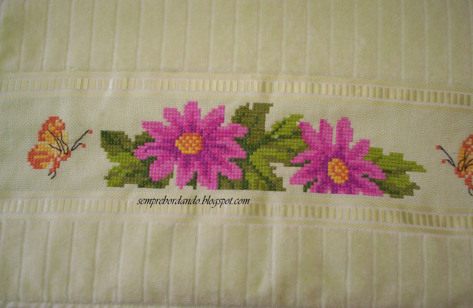 conjuto de toalhas de banho bordada em ponto cruz duplo detalhe