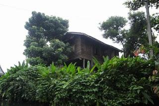 ลักษณะบ้านไม้แบบเก่าที่มีอยู่ทั่วไปริมคลอง