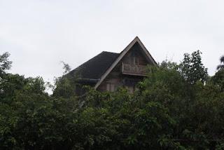 บ้านสมัยก่อนส่วนใหญ่เป็นเรือนไม้ ส่วนใหญ่มีต้นไม้หน้าบ้าน หลายหลังใหญ่โตสวยงาม แสดงให้เห็นถึงว่าสมัยก่อนนั้นผู้มีฐานะจะมีบ้านและที่ดินริมคลอง