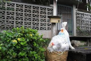ถุงขยะที่รอการเก็บโดยหน่วยงานท้องถิ่น