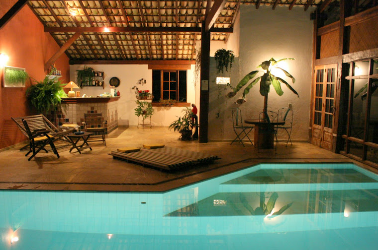 Um bar junto á piscina interior.