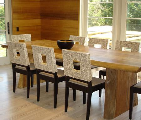 Mesa com tampo em madeira para a sala.