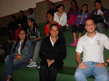Orientadores Profissionais junto aos alunos na aula de esporte.