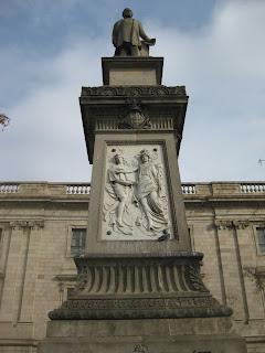 marques de comillas barcelona estatua