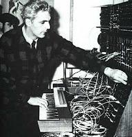 Robert Moog, toca o instrumento que inventou e transformou a cara da música