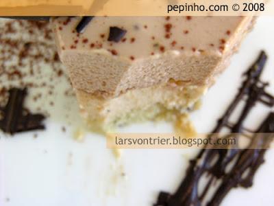 Tarta de mousse de caramelo y turrón con praline