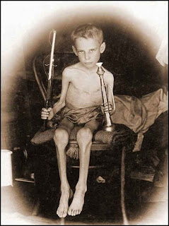 http://2.bp.blogspot.com/_k07pirzBU34/S8EhPiN0VTI/AAAAAAAAEWE/lgBihhhL41k/s1600/Boer+Child+Abraham+Carel+Wessel+Bloemfontein+concentration+camp+hungry+but+survived_thumb%5B3%5D.jpg