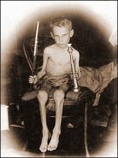 http://2.bp.blogspot.com/_k07pirzBU34/S8EhPiN0VTI/AAAAAAAAEWE/lgBihhhL41k/s1600/Boer+Child+Abraham+Carel+Wessel+Bloemfontein+concentration+camp+hungry+but+survived_thumb%5B3%5D.jpg