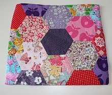 Pralerier har ogs en flott DIY p hvordan man monterer patchwork. Blandt annet til en liten veske.