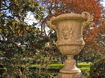 Jarrón del Jardín del Parterre, a la izquierda un magnolio, detrás un árbol de Júpiter o Lagestroemia